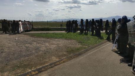 Manifestazione antimilitarista davanti base Decimomannu